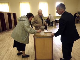 2011-09-17T154708Z_142555059_GM1E79H1U8T01_RTRMADP_3_LATVIA-ELECTIONS