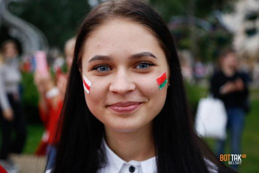 An unknown girl participated in peaceful rally against Lukashenka with two flags pasted on the cheeks Photo: Belsat TV.